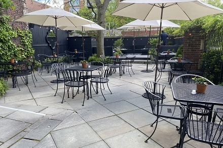 outdoor dining at pubs & restaurants